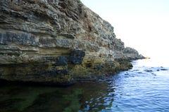 Hoge rotsen aan wal stock foto's