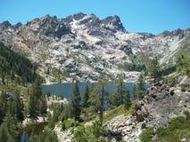 Hoge Siërra de Alpiene Rotsen van Meerpijnbomen Royalty-vrije Stock Foto