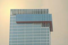 Hoge skyscrape op de achtergrond van de zongloed Royalty-vrije Stock Afbeelding
