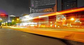 Hoge snelheid en vage bus lichte slepen stock afbeeldingen