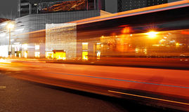Hoge snelheid en vage bus lichte slepen stock afbeelding