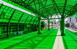 Hoge snelheidstrein bij de groene ontwerppost Stock Foto