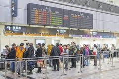 Hoge snelheidsultrasnelle trein door het station in Taiwan Stock Afbeelding