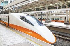Hoge snelheidsultrasnelle trein door het station in Taiwan Stock Afbeeldingen