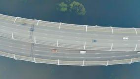 Hoge snelheidsweg, met verkeersweg op verscheidene niveaus, de brug over over de baai zeevaart-binnenvaart Lucht hoogste mening stock footage