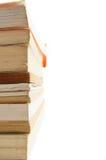 Hoge stapel van boeken aan de kant met witte ruimte Stock Fotografie