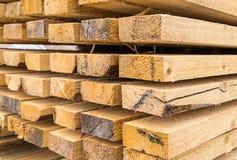 Hoge stapel van van het ecohuis van bouwmaterialen natuurlijk materialen van het de achtergrond hittebehoud bouwontwerp stock foto's