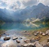 Hoge Tatras - het meer Morskie Oko en Rysy, Mengusovske en andere pieken Royalty-vrije Stock Foto's