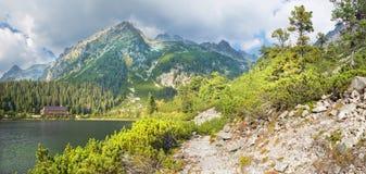 Hoge Tatras - Panorama van het meer en het Chalet van Popradske Pleso stock afbeelding