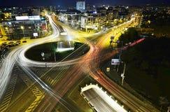 Hoge verkeersstraat in een spitsuur bij nacht Stock Afbeelding