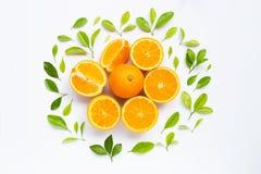 Hoge vitamine C, Sappig en zoet Vers oranje fruit met groene bladeren op wit royalty-vrije stock foto's