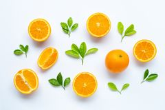 Hoge vitamine C, Sappig en zoet Vers oranje fruit met groene bladeren op wit stock afbeelding