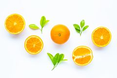 Hoge vitamine C, Sappig en zoet Vers oranje fruit met groene bladeren op wit stock afbeeldingen