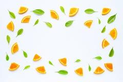 Hoge vitamine C, Sappig en zoet Vers oranje fruit met groene bladeren op wit royalty-vrije stock foto