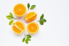 Hoge Vitamine C Verse oranje die citrusvruchten met bladeren op wit worden ge?soleerd royalty-vrije stock foto's
