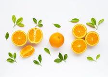 Hoge Vitamine C Verse oranje die citrusvruchten met bladeren op wit worden ge?soleerd royalty-vrije stock afbeeldingen