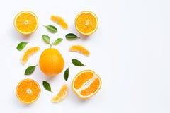 Hoge Vitamine C Verse oranje die citrusvruchten met bladeren op witte achtergrond worden ge?soleerd royalty-vrije stock fotografie