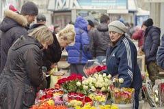 Hoge vraag naar bloemen met betrekking tot de dag van internationale vrouwen op de straten Stock Afbeelding