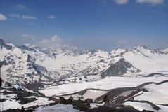 Hoge witte blauwe schitterende het landschapspieken van Caucaususbergen Stock Foto