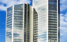 Hoge wolkenkrabber met glasvensters Stock Afbeeldingen
