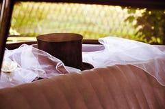 Hoge zijden en sluier in huwelijksauto Stock Afbeelding