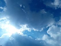 Hoge zonnige blauwe hemel stock afbeelding