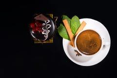 Hoge Zwarte Koffie met Gastronomische Donkere Chocoladecake Stock Fotografie
