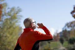 Hoger agent drinkwater na jogging stock fotografie