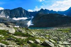 Hoger Akchan-meer Schilderachtig blauw bergmeer Altaibergen, Siberië, Rusland stock afbeeldingen
