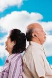 Hoger Aziatisch paar dat aan muziek luistert Royalty-vrije Stock Foto's