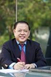 Hoger Aziatisch zakenman het schrijven voorstel stock foto's