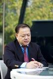 Hoger Aziatisch zakenman het schrijven voorstel royalty-vrije stock foto
