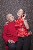 Hoger Chinees Paar die in Traditionele Kleding lachen royalty-vrije stock foto's
