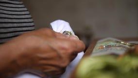 Hoger Damemaking cross stitch Beeld op Wit Katoenen Canvas 4k, sluit omhoog stock footage
