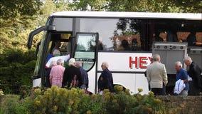 Hoger de buspartij van de groepsbus het inschepen voertuig stock videobeelden