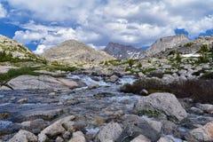 Hoger en Lager Jean Lake in het Titcomb-Bassin langs de Wind River-Waaier, Rocky Mountains, Wyoming, meningen van het backpacking stock fotografie