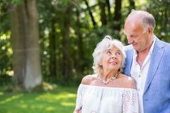 Hoger huwelijk in de tuin royalty-vrije stock foto
