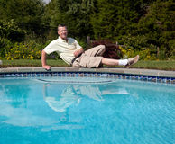 Hoger mannetje door pool royalty-vrije stock afbeelding