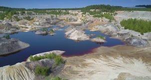 Hoger mening hersteld ecosysteem bij meer in verlaten kleikuil stock video