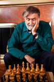 Hoger mens het spelen schaak stock afbeelding