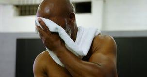 Hoger mensen nippend water na training 4k stock footage
