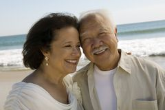 Hoger onlangs wed paar bij strand (close-up) royalty-vrije stock foto