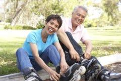 Hoger Paar dat de Vleten van de Lijn in Park aanbrengt Stock Foto's