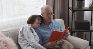 Hoger paar dat een boek leest stock footage