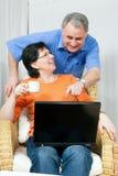 Hoger paar dat Internet surft Royalty-vrije Stock Foto's