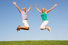 Hoger paar dat in lucht springt Stock Foto's
