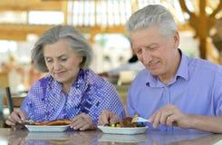 Hoger paar dat ontbijt heeft royalty-vrije stock foto