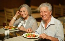 Hoger paar dat ontbijt heeft royalty-vrije stock afbeelding