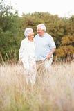 Hoger Paar dat in Park loopt Royalty-vrije Stock Fotografie