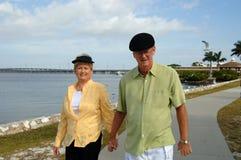Hoger paar dat in park loopt Royalty-vrije Stock Foto's